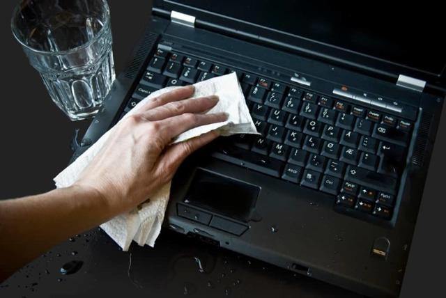 Что делать, если залил ноутбук водой или другим напитком