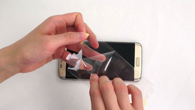 Как снять или приклеить защитную плёнку на телефон